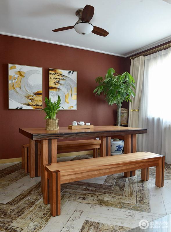 餐厅的菱形地砖看似仿旧感十足,却带来了原始的斑驳感;酒红色漆粉刷的墙面带来色彩感,并因为灰韵黄点的抽象挂画,让空间生发出艺术的气息;长条餐桌和餐椅,带着自然的味道,让用餐更为惬意。