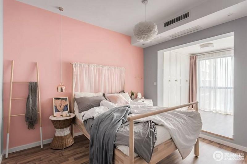 主卧则是粉色+灰色搭配,羽毛吊灯让这个空间少女感十足;阳台的定做衣柜,超大储存空间简洁的柜门不影响空间的通透感,与粉色调的背景墙打造了一个甜美浪漫氛围!
