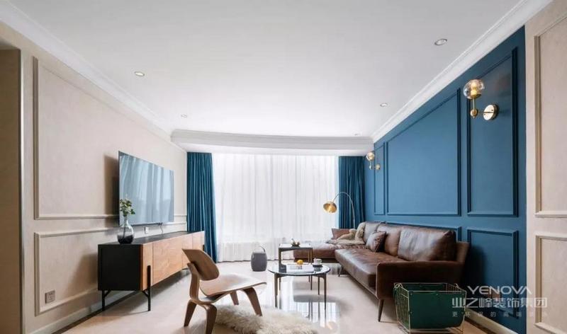 客厅采用蓝白撞色+石膏线的方式丰富墙面,很好的划分出功能区,同时避免空间的单调乏味