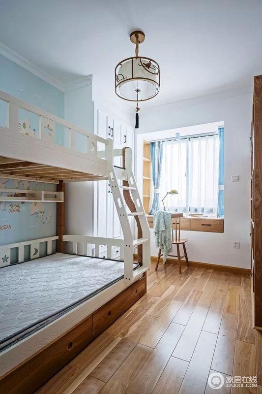由于是两个小朋友在一间房,所以儿童房的储物和功能性成为了最重要的内容。必须满足睡觉,衣柜,玩具及书柜陈列,作业等多项功能。