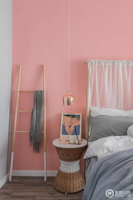 卧室粉刷了粉色的涂料,给予生活甜美,无形中让空间升温;原木的衣架和金属吊灯,与圆几上的挂画,让生活简单却精致。