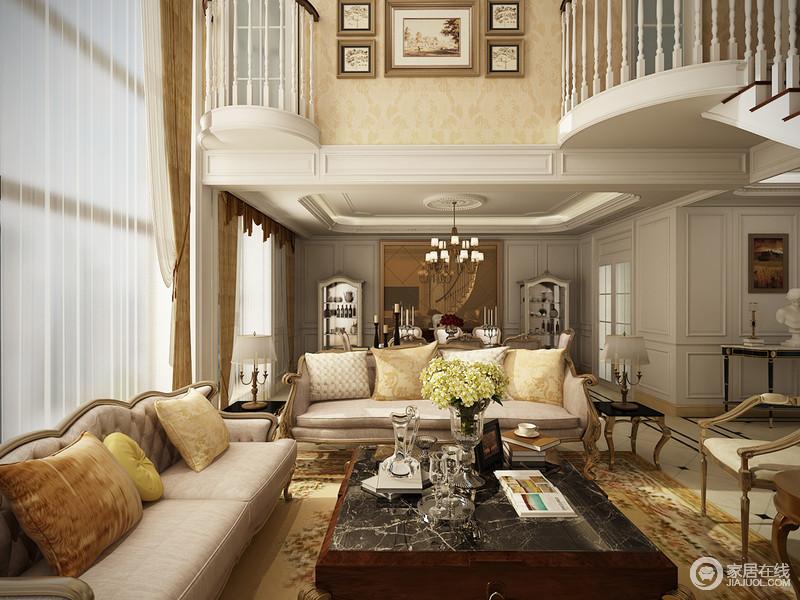 客厅极具有空间感、视觉感,米黄色的壁纸带着暖意和复古的轻贵,让整个家大气;实木欧式家具带着岁月的沉淀与楼台的结构让家自带立体之美。
