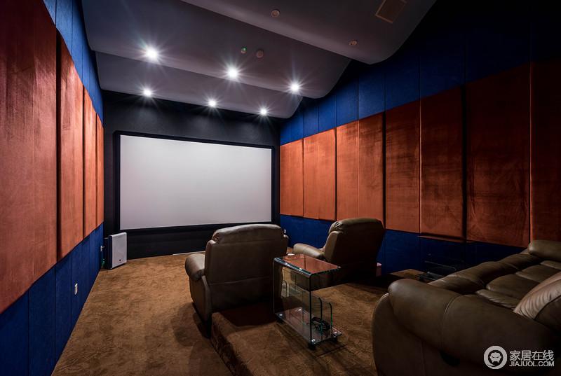 深邃的海蓝与性感的橘橙拼接包裹墙面,强烈的视觉效果,刺激观影体验;绒布的质感,又使影音室的隔音效果强劲;顶部圆柱体结构,呈现出节奏感;布置的棕皮沙发,厚重且舒适,空间惬意休闲。
