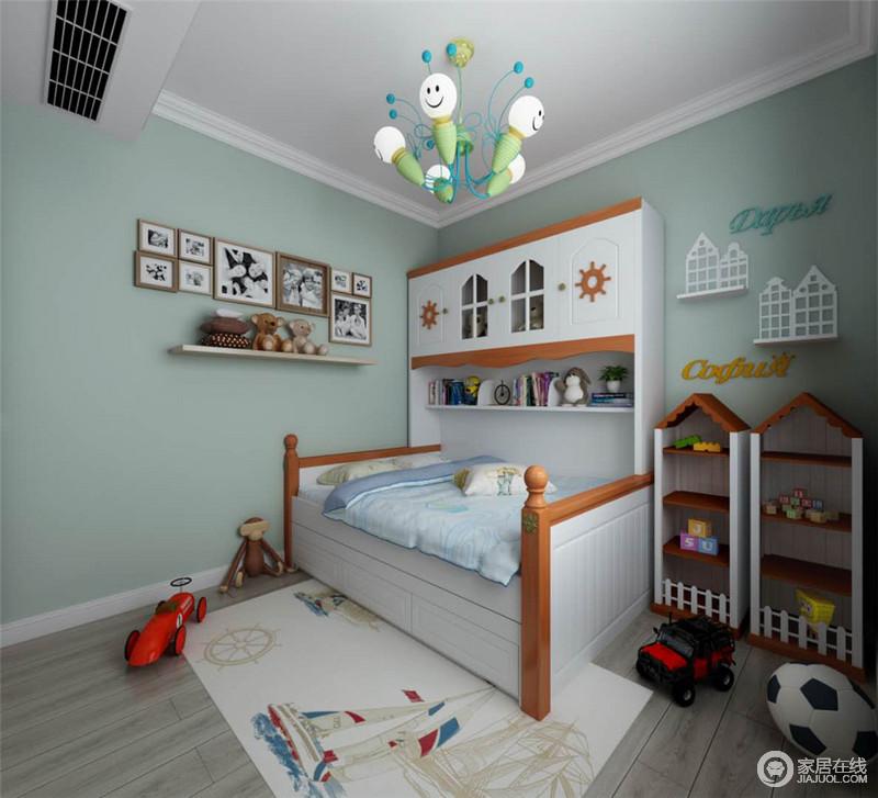 儿童房因为粉刷了淡绿色的漆而变得亲和,白色吊顶与褐色木地板营造出了自然之境;照片墙的黑白调融合得刚刚好,与木屋收纳区让生活被童趣和温馨环绕,就连木床都具有童心,让孩子生活得舒适而暖心。