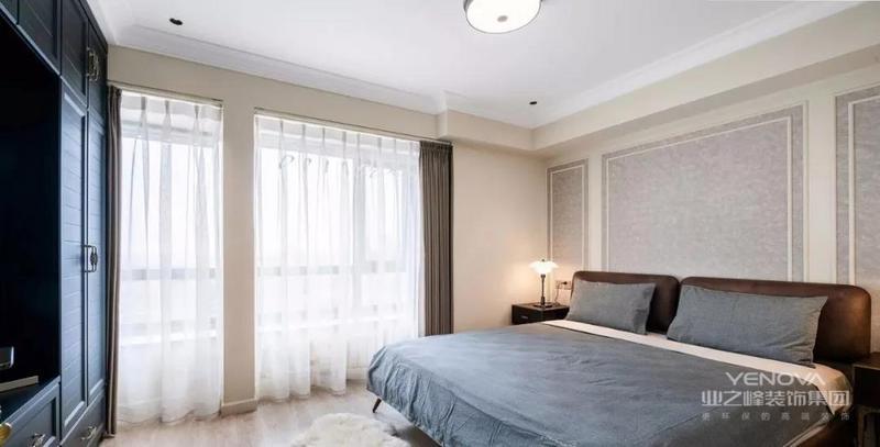 次卧规划成老人房,素雅的壁纸铺贴床背景,床尾的深色柜体兼具电视柜与收纳的机能
