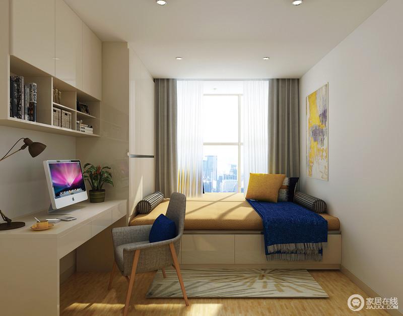 进入书房满屋的静谧与祥和尽收眼底,定制化的书桌与书柜可以满足大量的读物收藏以及办公使用,个性化定制的榻榻米不仅具有强大的收纳能力,还可以靠在软塌上享受着午后时光,经典的蓝黄配色给柔和空间色添加了鲜活的色彩;当有好友来访时,书房可以变身为客房使用,在有限的空间内发挥出了无限的功能性。