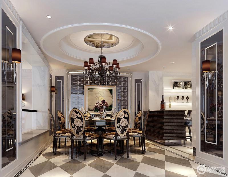 餐厅圆形的穹顶因为黑色铁艺吊灯加强了黑白对比,搭配镜面墙更为协调,设计师利用墙面的空间也做了收纳区,并与白色大理石装饰,加重空间的反差,也易于打理;灰色和白色相间的砖石以菱形的方式铺贴出了几何美学,简单大气,而黑金色的绣花餐椅带着复古华丽,张扬奢华;镜面墙的曲线形吊灯带着流线之美,与吧台形成对比,而灯带装饰的收纳架,却让空间通透而利落,喝上一杯才是一种生活之乐。