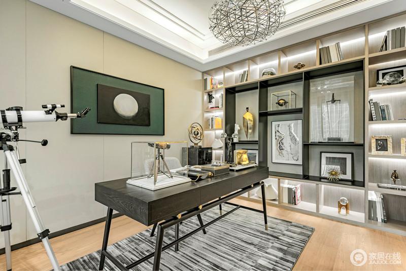 书房的设计通过一面定制得几何书柜墙来收纳和突显展陈艺术,让空间具有浓重的收藏味道;黑灰色地毯衬托着书桌和挂画,让家具有不一样的质感。