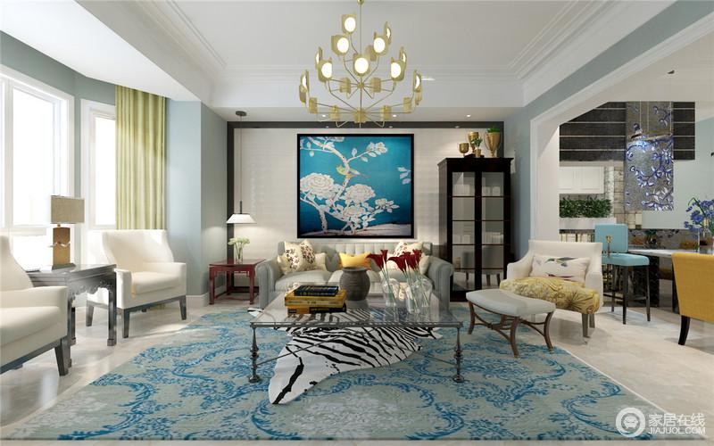 壁面画的蓝底花鸟画与地毯上恍如花海的浅蓝,形成空间视觉的延长线;米白色沙发组里混搭着灰色,在玻璃材质的茶几映衬下,勾勒出空间的富丽饱满的情调。