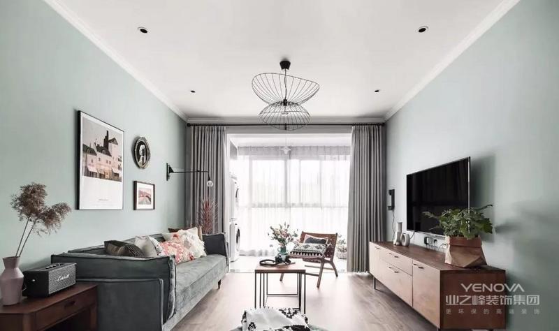 客厅,整个空间的风格色调比较清新,公共空间选用接近自然色系的淡绿色来呈现主题