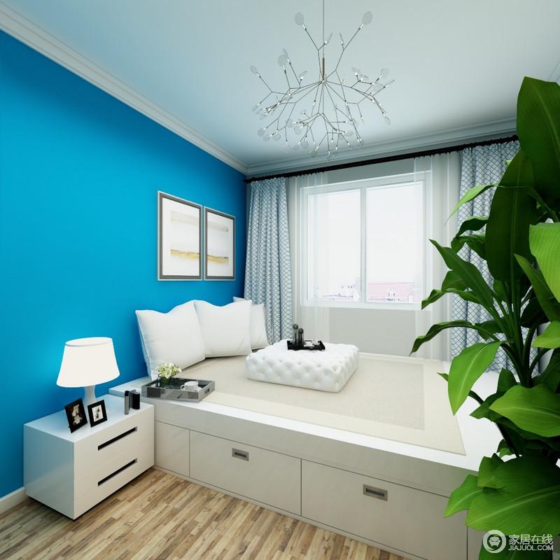卧室以白色吊灯搭配玻璃吊灯的方式,来延续简洁之风,而湛蓝色漆粉刷墙面,无疑,为这个原本纯净的空间带来一丝清爽;榻榻米床极具收纳性,解决了主人的担忧,尽可以自由自由地生活。