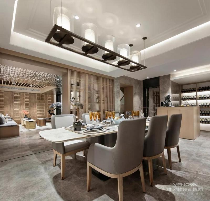 餐厅整体环境方正、简洁,既符合东方古典美学,也让就餐变成了一件浪漫的事。