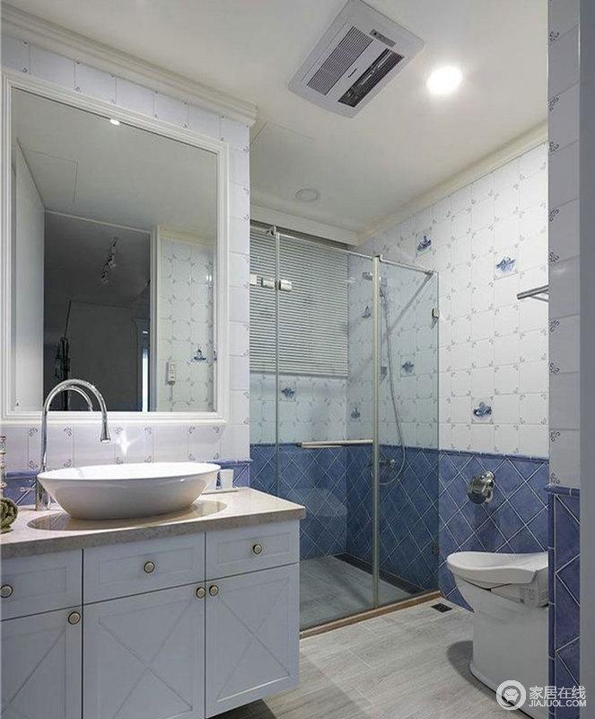 卫生间以白色和蓝色拼接砖铺贴墙面,让空间具有几何感,色彩上的和谐更显清和;干湿分离的设计让生活少了很多麻烦,而盥洗柜的实用和设计上的简洁,足以让生活舒适。