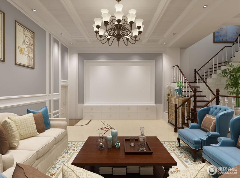 整个空间以灰色和白色石膏线结合的方式,让墙面具有几何之美;欧式吊灯复古的设计,与空间的家具构成一种年代感,而曲折的楼梯让空间多了结构艺术,也传递着美式设计的与众不同。