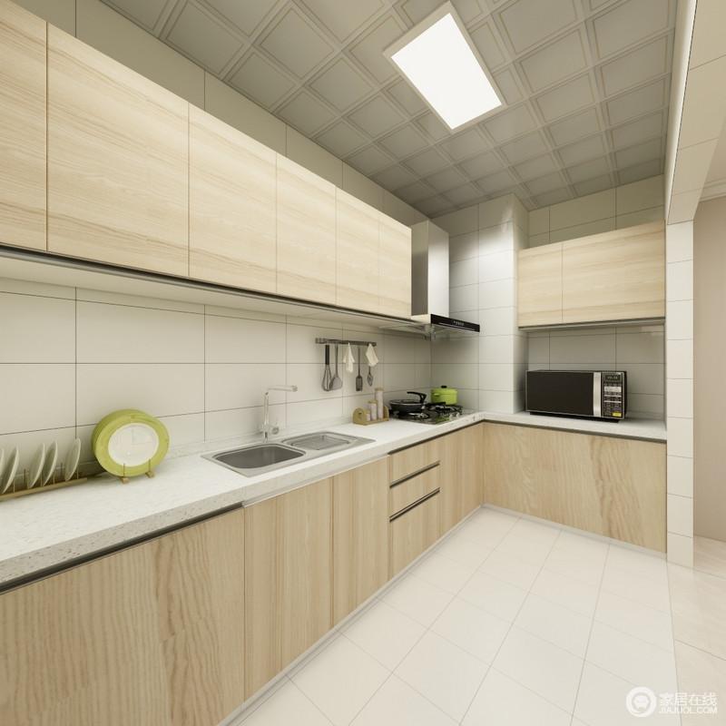 厨房的装修除了基本的铺贴之外,最重要的就是橱柜了,设计师定制得橱柜,以L型将功能细分,操作便利;原木的橱柜搭配米色瓷砖,营造出朴质而自然的气息。