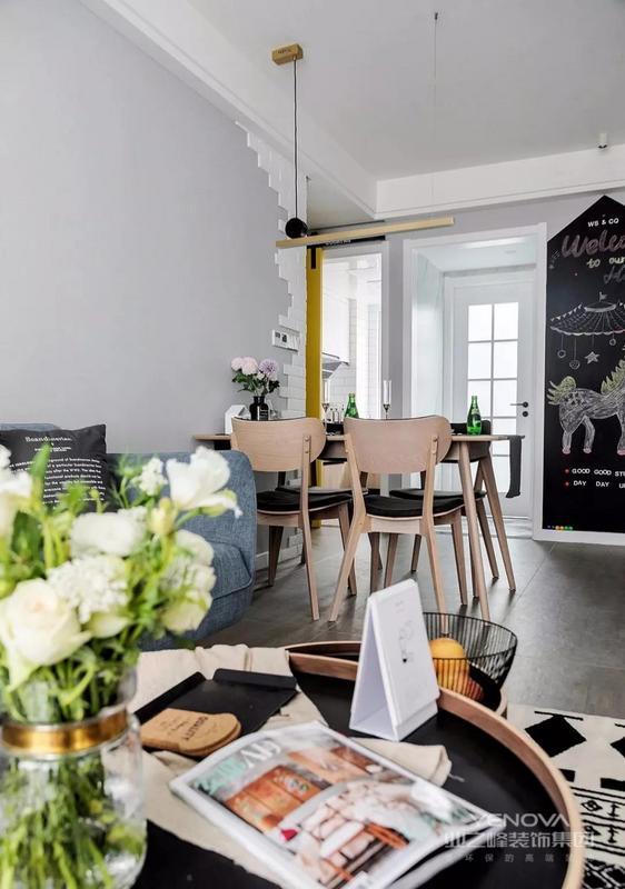 餐厅与客厅互通,北欧风的餐桌椅搭配现代简约造型吊灯