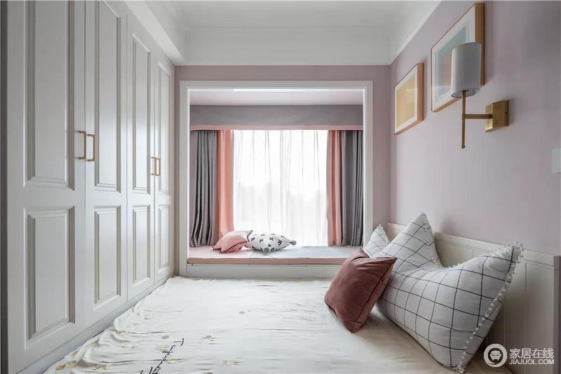 飘窗挨着床铺,垫上粉色的布垫,结合灰粉配的窗帘,呈现出一种温馨自然的浪漫;原本粉色调的空间搭配白色衣柜,甜美之余,更显得简单、和暖。