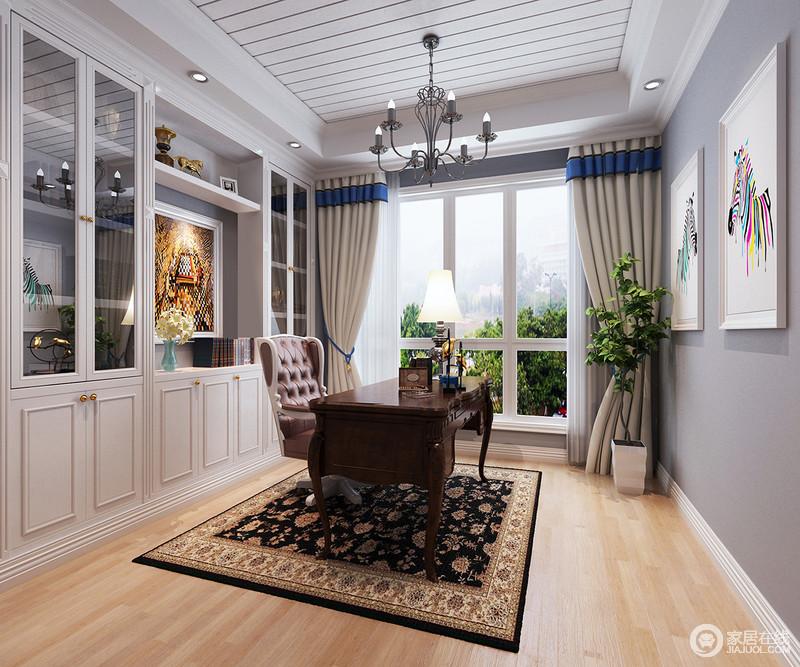 空间设计的十分简洁舒适,学习重要的就是安静,所以,粉刷了浅灰色漆来搭配木条构造的吊顶;书柜定制得设计,可以容纳更多的私藏植物,美式古典书桌搭配小贵气的黑色镶花地毯,满是复古优雅。