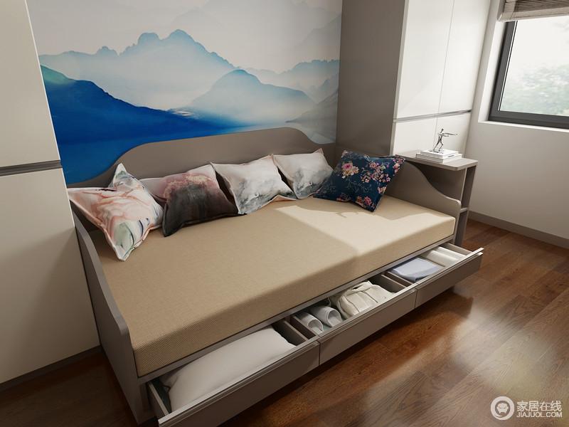 休闲室的沙发床专门做了箱体式收纳功能,解决了主人的困惑,让小空间的功能更强大;蓝墨山脉的挂画无形中,为空间带来一丝清怡。