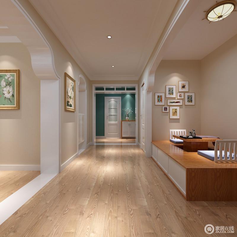 空间以中性色粉刷墙面,朴实之中不缺乏色彩,与原木地板构成空间的温和;颇为日式的茶台极为舒适,并因为照片墙的点缀,多了文艺气息。