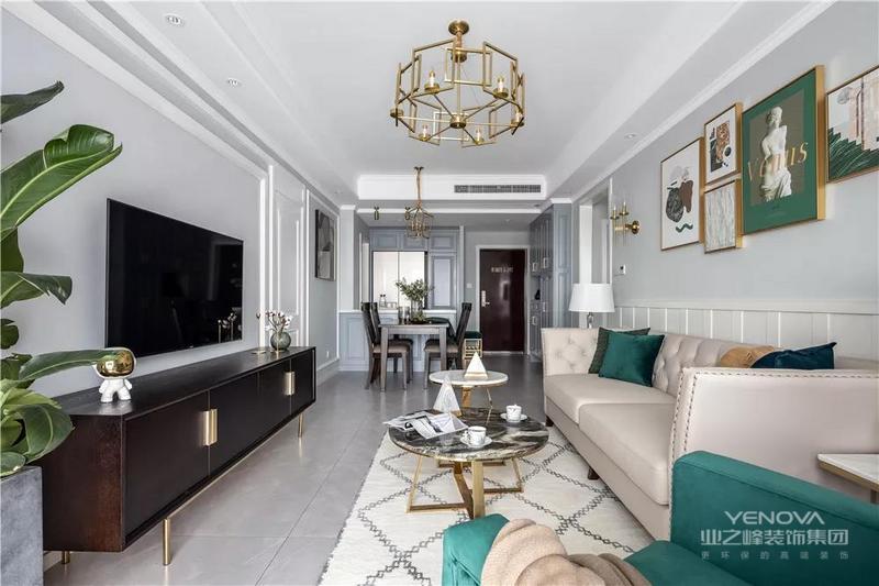 电视墙摆了一张深色铜脚的电视柜,摆上精致的小摆饰品,让空间显得稳重精致而档次;在浅灰色的基调上,驼色铆钉美式沙发搭配现代圆几,组合出生活的精致。