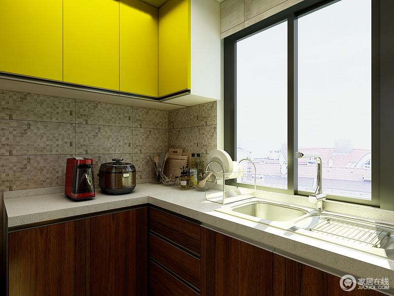 厨房加入了一一点点黄色的元素,与木色橱柜形成了强烈的对比,同时,让空间足够收纳。