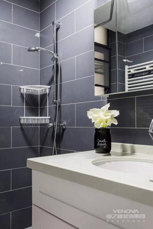 设计师以蓝为主题,搭配白色家具,打造出简洁清爽的居家环境。