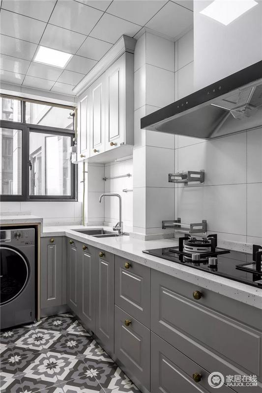 厨房铺贴了在灰白拼花砖,搭配灰色橱柜与白色的墙面砖、吊柜,打造了一个简洁、时尚的烹饪空间,让小而精的实用空间,给你生活带来极大的便利。