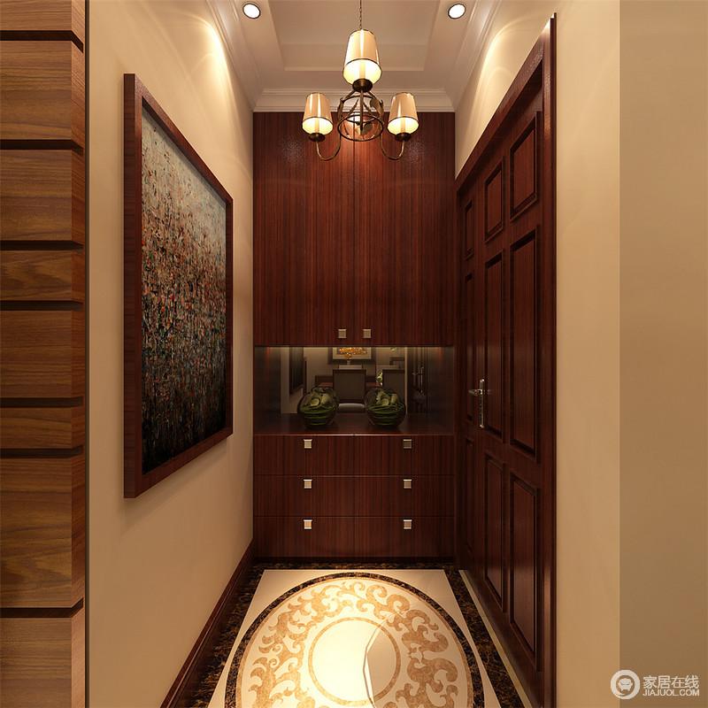 门厅独立区以淡黄色漆粉刷,颇显明快,因为灯光的昏暗略显低调;胡桃木储物柜让小空间的实用性更强,再加上地面米色拼花设计,凸显欧式华贵,正如油画一般,写照出艺术对空间的塑造力。