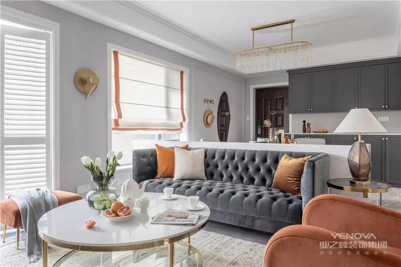 整个客厅以焦糖橙与深灰色为主调,灰色沉稳而时尚,焦糖橙提升房间整体活力,给人以耳目一新之感。