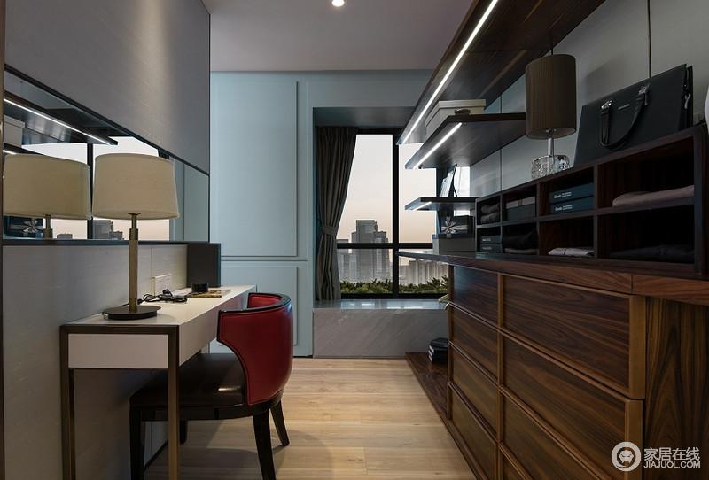 书房木质的家具加上飘窗的设计增加自然光线,静谧安心。
