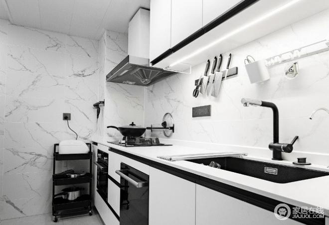厨房本身连接建筑外墙,加上空间狭窄,多出来的一处拐角相对鸡肋,美中不足;好在整个房子较为宽敞,一字型橱柜的设计,将拐角用作了小型设备间,作收纳用,黑白色调搭配的橱柜经典之外,更是体现了生活的实用主张。