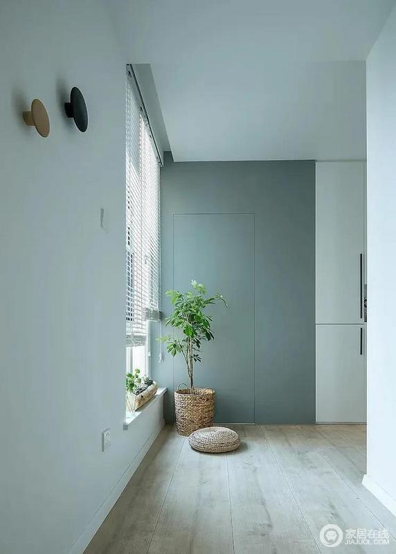 白色的百叶窗帘让照射进来的光线与蓝色储物柜有了更为丰富的层次感,营造一种舒适且轻盈的节奏感。