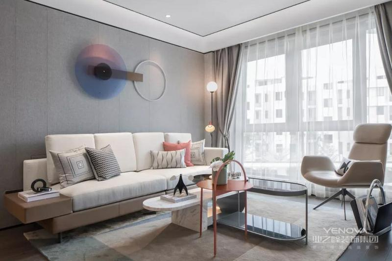 客厅无阳台的设计 让家显得更明亮通透 浅灰色为主色调 搭配上白色布艺沙发 再加上珊瑚色点缀 让家显得简约又雅致