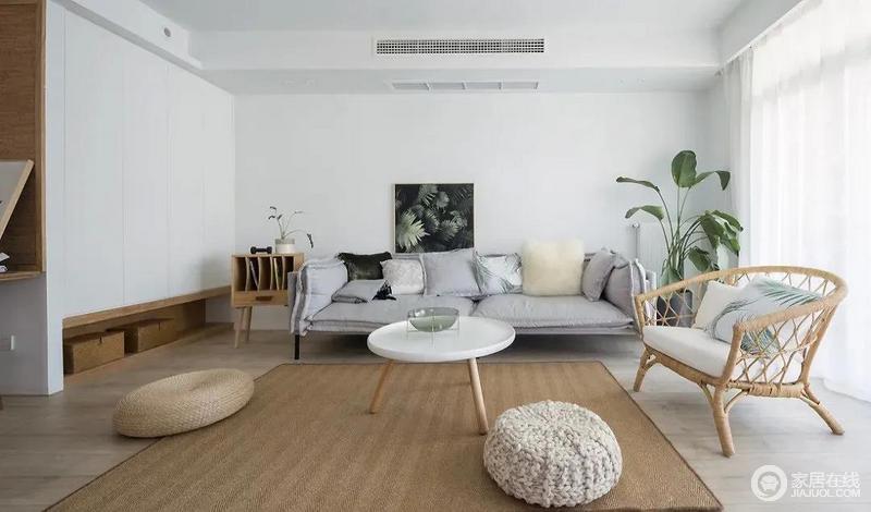 客厅以原木色和米白色为基调,搭配低调的灰色布艺沙发简约而舒适;编制的原木地毯与北欧家具的精巧相得益彰,十分朴质。