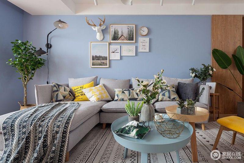 墙面的浅灰与沙发的灰色对比,几何花纹的靠包和布艺地毯作为层次的中和,使空间富有文艺气息;不同材质折叠的组合茶几,则在活泼的空间层次中,更加彰显出空间的格调感。