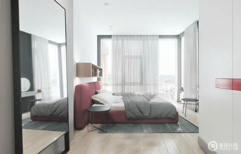 空间设计以色彩块的方式表现空间的个性,白墙与红色床、蓝色地毯、灰色床品形成色彩和谐,却让生活更有舒适性;白色衣柜对侧的镜饰尤为简单,却让设计更为贴心,与纱幔的朦胧感升华空间的品质。