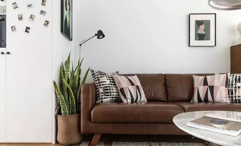 沙发上的抱枕可以放两对,但是要把不同的抱枕分别放在两边,这样有一种对称的作用。