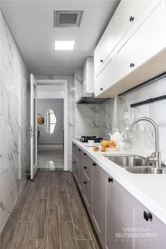 厨房为走廊式,有足够的活动空间以及足够长的操作台,让厨房变得井然有序。