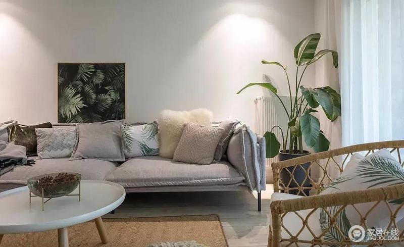 客厅中富有活力的绿色作为空间的点缀让北欧简约风更显清新,灰色布艺沙发的松软,自然让人感受到一种柔软感。
