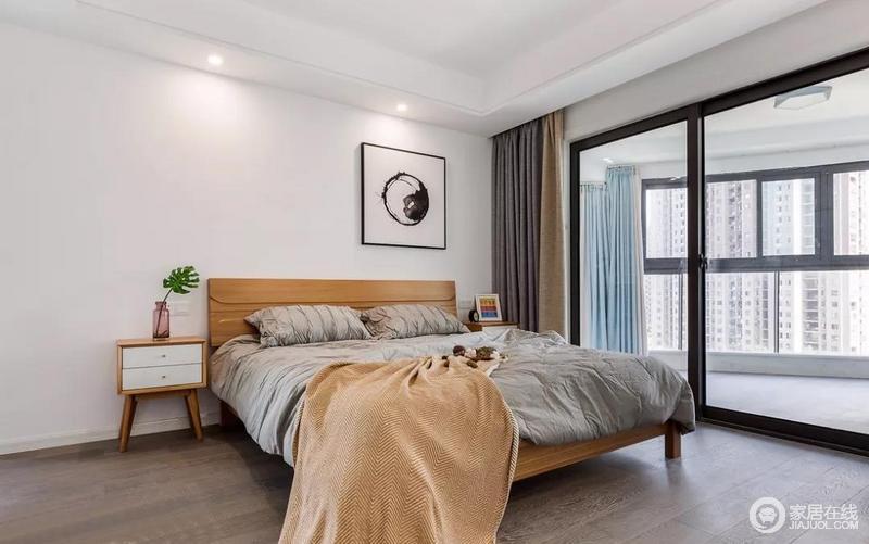 墙面大面积的留白,配以木色家具,营造宁静舒适的主卧空间。