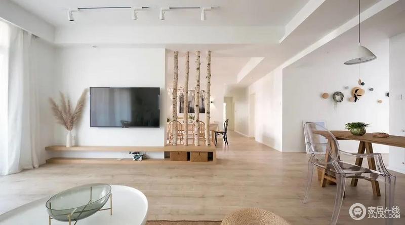 客厅的大白墙与电视形成黑白对比,构成空间的色彩反差;木地板和原木隔断加重了空间的自然气息。