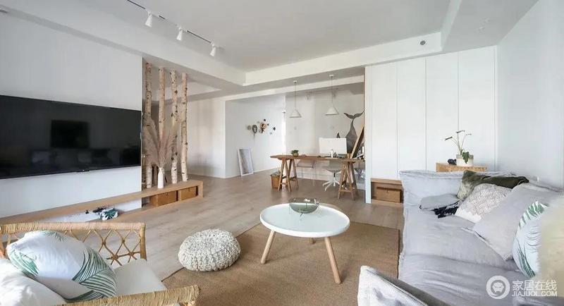 开阔的空间与充沛的光线为家里带来舒适与惬意,再加上木质地板与北欧木制家具的搭配,构成空间的温实。