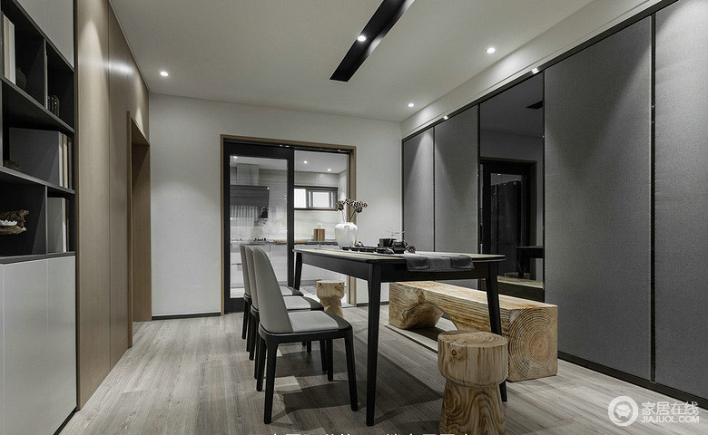 灰色沉稳大方,木质清新自然,餐厅也同样使用对比碰撞,让空间富有层次和新奇创意;墙面上大量的收纳空间和墙板、镜面装饰,让空间时尚且实用。