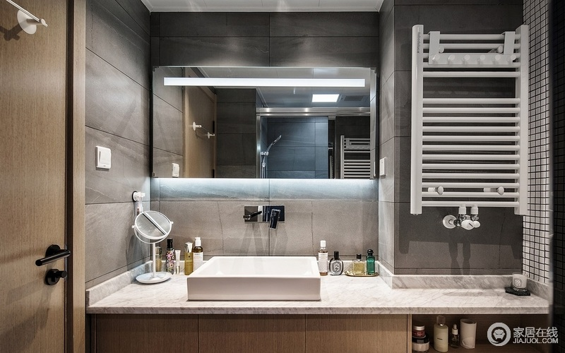 卫生间着重以干湿分离的方式,让生活更为利落;深灰色墙砖,与白色洗手台面看起来干净清爽,也更耐脏。