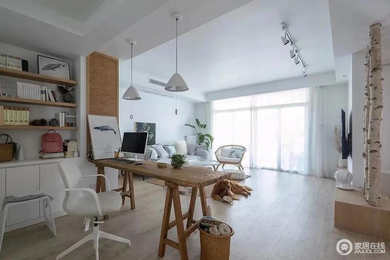 开放式的客厅兼具书房一角的办公区或阅读区,让主人可以尽情享受闲宅的惬意;原木长条桌搭配白色系锥形吊灯和椅子,组合出空间的文艺气息。