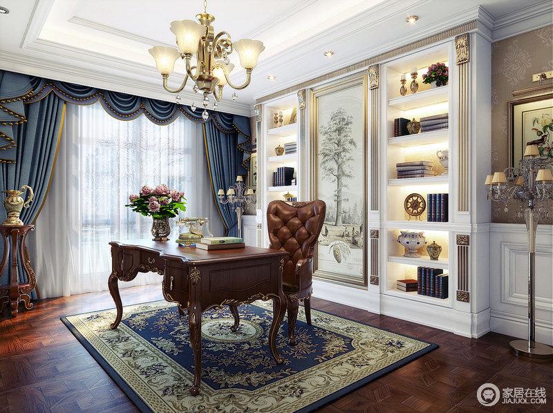 书房白色的墙板上描金雕刻增添着空间的华贵之气,书桌及办公椅延续客厅风格;花纹地毯与花朵吊灯呼应,并与置物架中央的画作,营造四季自然意境。