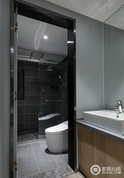 设计师根据空间格局,将盥洗区进行独立出来,以木质柜呼应着空间主题;内部入厕和洗浴区,则通过通透的玻璃划分,干湿得到分离。