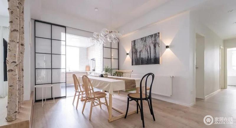 整个餐厅宽阔淡雅,白色赋予空间素朴的格调,原木与白墙搭配出北欧风特有的温馨、简单;现代餐椅的经典大师款设计与璀璨通透的玻璃吊灯给生活带来品质感,而格栅推拉门讲厨房与之分隔,让生活更为讲究。