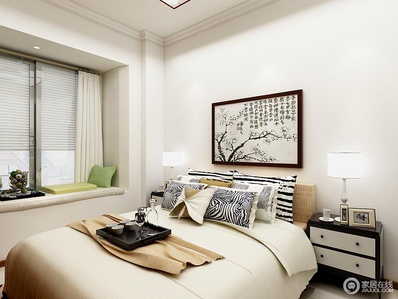 卧室以白色为主,米色床品因为现代感的靠垫,颇显稳重;飘窗的软包面,搭配茶器和靠垫,成为一个休闲小地,一副中式画作,让空间足够淡暖温馨。